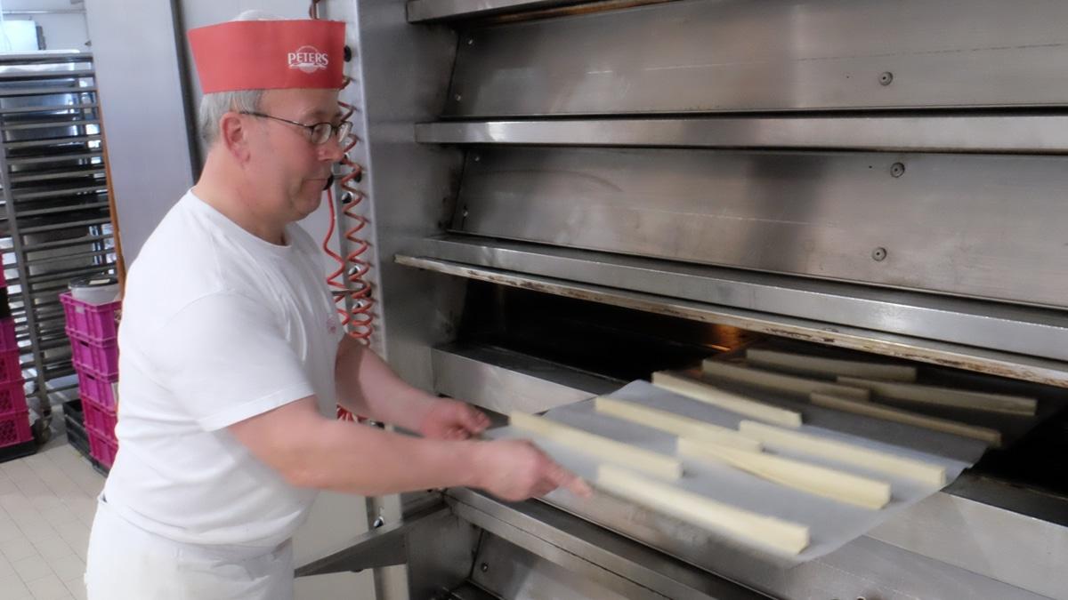 Trick 17 in der Backstube: Der Blätterteig wird gefrostet, geschnitten und sofort in den Ofen geschoben.