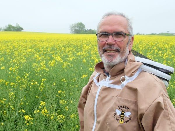 Imker Holger Schlicht vor blühendem Rapsfeld auf der Insel Rügen