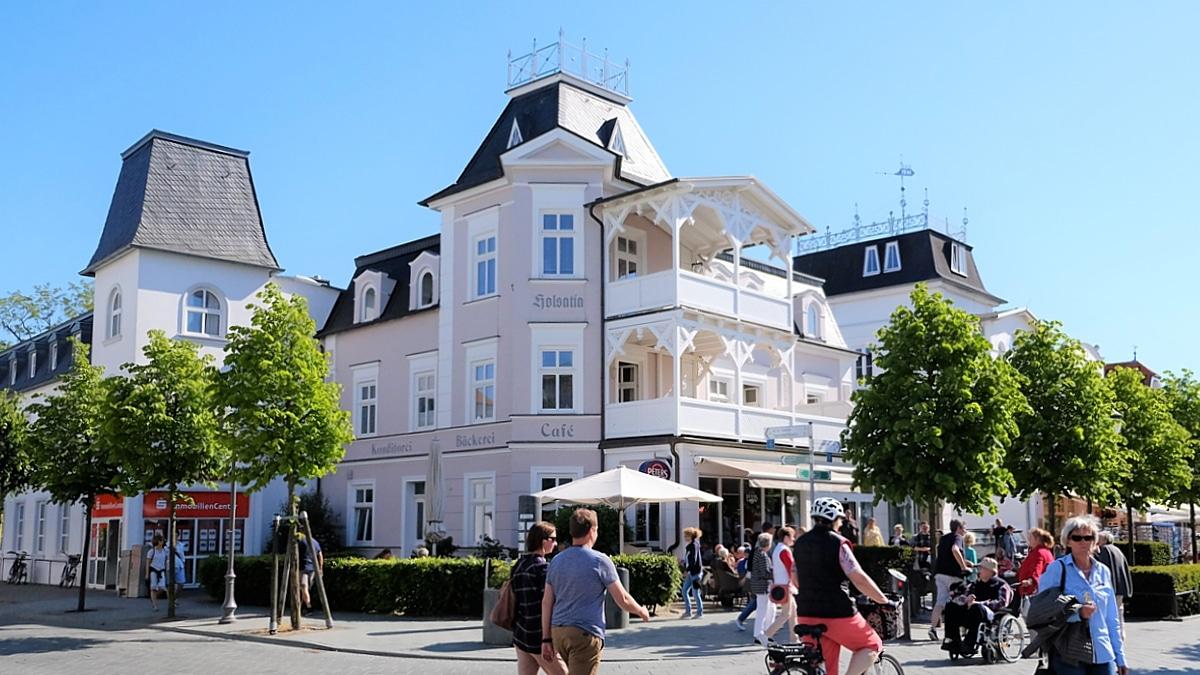 Wilhelminische Bäderarchitektur: Unser Café in der Fußgängerzone von Binz.