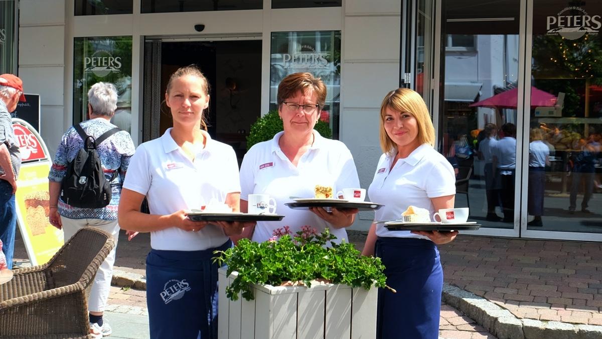 Roxana Röder, Korina Kuhnke und Aksana Vrcek (v.l.n.r.) auf der Terrasse des Café Bäckerei Peters Binz.