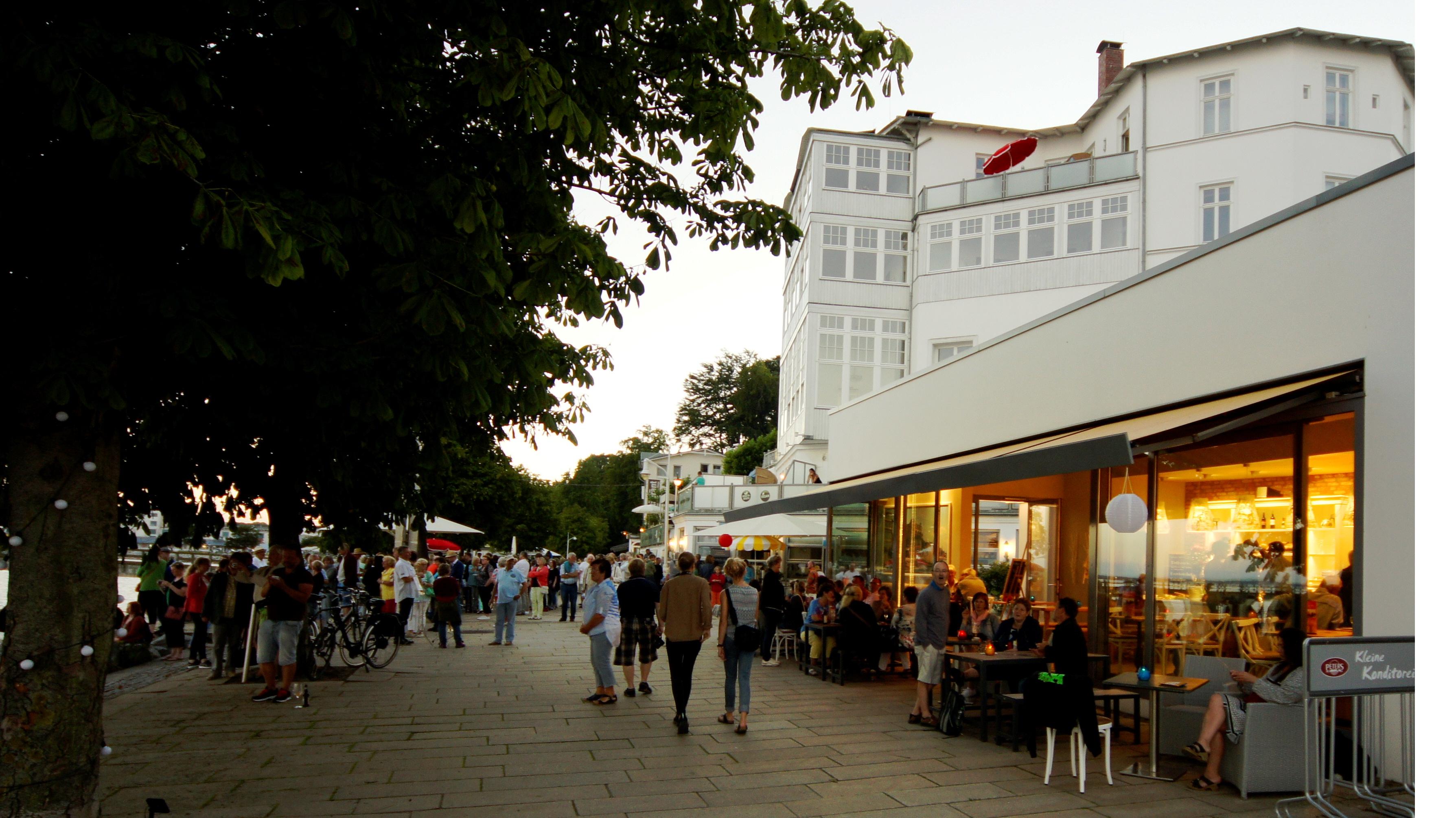 Logenplatz mit Meerblick: Unsere Kleine Konditorei an der Sassnitzer Strandpromenade